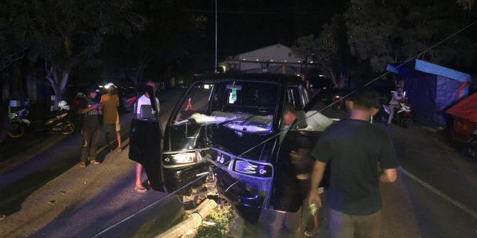 Supir Diduga Mabuk, Pick Up Hantam Tiang Lampu