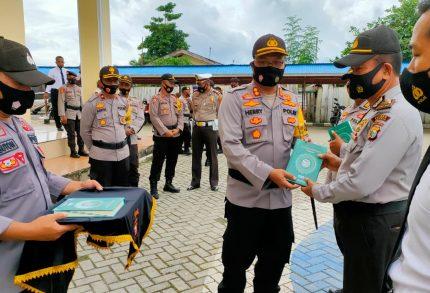 Kapolres Kepulauan Sula Bagikan 300 Al-Qur'an Kepada Anggota